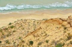 Opinión sobre la forma de la línea de la playa el acantilado Imágenes de archivo libres de regalías