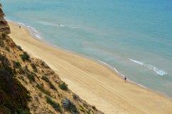 Opinión sobre la forma de la línea de la playa un alto acantilado Imagen de archivo