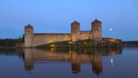 Opinión sobre la fortaleza Olavinlinna, noche clara de julio Savonlinna, Finlandia almacen de video