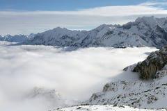 Gama de soportes y de nubes Foto de archivo libre de regalías