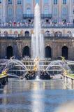 Opinión sobre la gran fuente de la cascada en Peterhof, Rusia Fotos de archivo