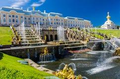 Opinión sobre la gran fuente de la cascada en Peterhof, Rusia Imágenes de archivo libres de regalías