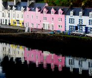 opinión sobre la isla del puerto de Portree de Skye, Escocia Fotografía de archivo