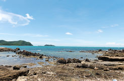 Opinión sobre la línea de la playa rocosa de la playa de la serenidad Foto de archivo
