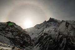 Opinión sobre la manera al área de campo bajo de Annapurna Imagenes de archivo