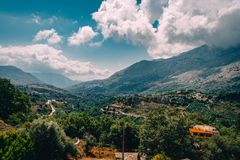 Opinión sobre la montaña con las nubes bajas de la ejecución y los árboles verdes Creta del sur Rethymno aseado, Grecia foto de archivo libre de regalías