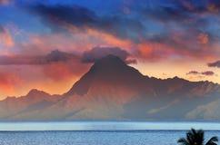 Opinión sobre la montaña Orohena en la puesta del sol polinesia tahití foto de archivo