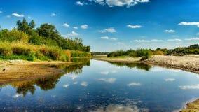 Opinión sobre la orilla salvaje del Vístula en Jozefow cerca de Varsovia en Polonia imagenes de archivo
