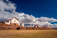 Opinión sobre la pequeña ciudad rústica de Chinchero en valle sagrado imágenes de archivo libres de regalías