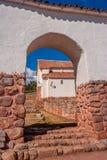 Opinión sobre la pequeña ciudad rústica de Chinchero en valle sagrado imagen de archivo