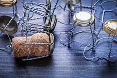 Opinión sobre la pila de corchos y los alambres del champán Foto de archivo libre de regalías