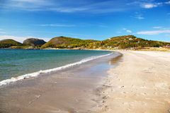 Opinión sobre la playa arenosa de Stokkoya, Noruega Fotografía de archivo