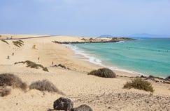 Opinión sobre la playa famosa Playa de Jandia - Playa de Sotavento - laguna de Playa en las Canarias Fuerteventura, España esto imagenes de archivo