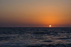 Opinión sobre la playa tropical en puesta del sol Imagen de archivo libre de regalías