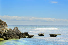 Opinión sobre la playa y el océano tropicales en día soleado Fotos de archivo libres de regalías