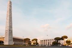 Opinión sobre la plaza principal en el EUR con el obelisco Marconi fotografía de archivo