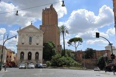 Opinión sobre la torre de Milizie en día soleado en Roma Imagen de archivo libre de regalías