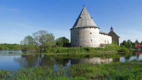 Opinión sobre la torre del tiroteo de la fortaleza vieja de Ladoga en un primero de mayo soleado Rusia almacen de video