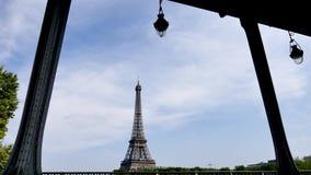Opinión sobre la torre Eiffel de los arcos del puente bir-hakeim, en París, Francia almacen de metraje de vídeo