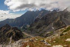 Opinión sobre las altas montañas de Tatra del pico del stit de Jahnaci, Eslovaquia, Europa Fotos de archivo