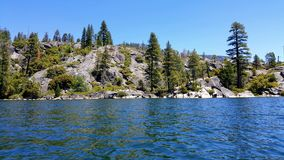 Opinión sobre las montañas del centro del lago Imagenes de archivo