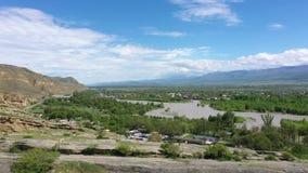 Opinión sobre las montañas del río Kura y del Cáucaso almacen de video
