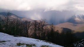 Opinión sobre las nubes del top fotos de archivo