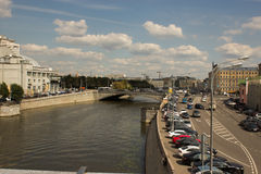 Opinión sobre las zanjas del terraplén y de drenaje de Yakimanskoe, Moscú Imagenes de archivo