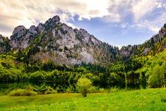 Opinión sobre Laudachsee debajo de las montañas en Gmunden, Austria Imagenes de archivo