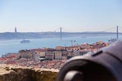 Opinión sobre Lisboa con el tronco viejo del cañón del metal Foto de archivo