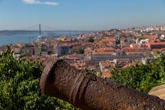Opinión sobre Lisboa con el tronco viejo del cañón del metal Imagenes de archivo