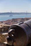 Opinión sobre Lisboa con el tronco viejo del cañón del metal Fotos de archivo libres de regalías