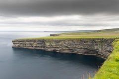 Opinión sobre los acantilados en Irlanda imágenes de archivo libres de regalías