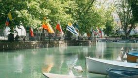 Opinión sobre los barcos y las banderas en el lago en Annecy, Francia metrajes