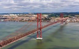 Opinión sobre los 25 de Abril Bridge - Lisboa Imágenes de archivo libres de regalías