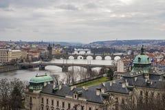 Opinión sobre los puentes de Praga, el río y la ciudad vieja imágenes de archivo libres de regalías