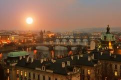 Opinión sobre los puentes de Praga en la puesta del sol fotografía de archivo libre de regalías