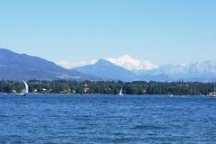 Opinión sobre Montblanc sobre el lago Imágenes de archivo libres de regalías