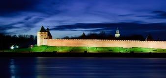 Opinión sobre Novgorod el Kremlin en la noche Imagenes de archivo