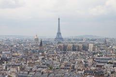 Opinión sobre París con la torre Eiffel Imagen de archivo