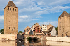 Opinión sobre Ponts Couverts en la ciudad vieja de Estrasburgo Imagen de archivo libre de regalías