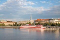 Opinión sobre Praga con el río de Moldava imagen de archivo libre de regalías