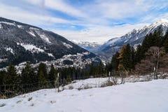 Opinión sobre pueblo durante invierno en las montañas Fotografía de archivo libre de regalías