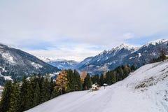 Opinión sobre pueblo durante invierno en las montañas Fotos de archivo