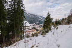 Opinión sobre pueblo durante invierno en las montañas Fotos de archivo libres de regalías