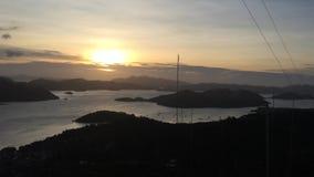 Opinión sobre puesta del sol hermosa en una isla tropical en el mar por Coron en Filipinas, Busuanga almacen de video