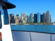 Opinión sobre rascacielos de los edificios de NYC Nueva York Manhattan del barco de visita turístico de excursión de la travesía  Fotografía de archivo libre de regalías