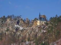 Opinión sobre ruina del castillo de Vranov con Pantheo fotografía de archivo libre de regalías