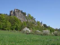 Opinión sobre ruina del castillo de Vranov con Pantheo Foto de archivo