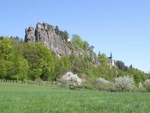 Opinión sobre ruina del castillo de Vranov con Pantheo Fotografía de archivo